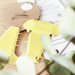 Trophée papier // tête de crocodile // jaune profond // motif triangle // support ovale